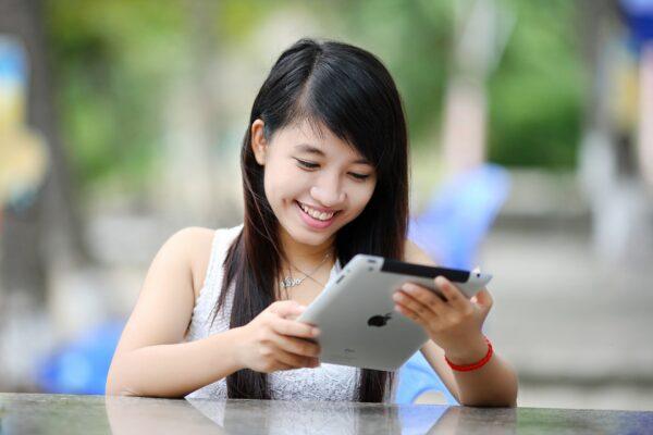 Chica en el iPad